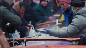 inverno de alimentação da cozinha de campo dos povos fora, mulheres congeladas frias vídeos de arquivo