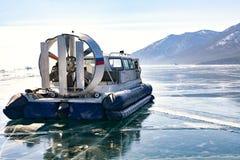 inverno de Khivus Transporte no gelo Gelo no Lago Baikal Imagem de Stock