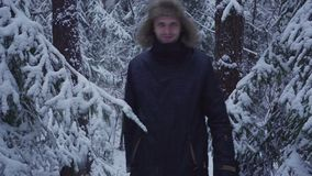 inverno de passeio Forest Traveler With Backpack da neve do homem Acenando sua mão na câmera filme