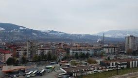 inverno de Zenica, estação de ônibus e construções residenciais imagem de stock
