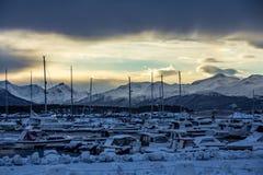 Inverno del Circolo polare artico di tramonto del porto dell'yacht del porticciolo fotografia stock libera da diritti