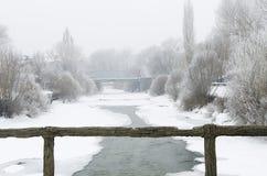Inverno del fiume congelato ponte immagini stock