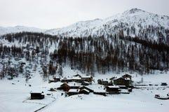 Inverno del paesino di montagna immagine stock libera da diritti