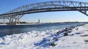 Inverno del ponte dell'acqua blu stock footage