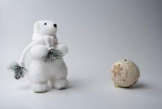 Inverno dell'orso polare, decorazioni di natale su fondo bianco Immagini Stock