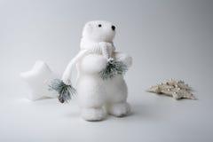 Inverno dell'orso polare, decorazioni di natale su fondo bianco Fotografie Stock