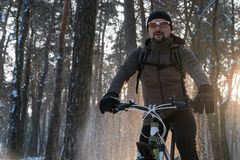 Inverno della bici Inverno di sport Uomo su una bici fotografia stock libera da diritti