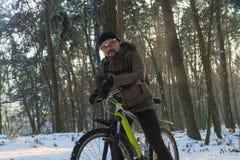 Inverno della bici Inverno di sport Uomo su una bici fotografie stock