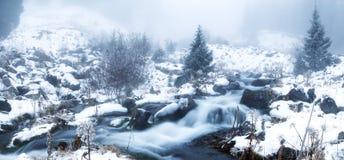 Inverno della nebbia - montagne panoramiche Immagini Stock Libere da Diritti