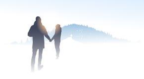 Inverno di camminata Forest Nature Background della montagna della siluetta del viaggiatore delle coppie Fotografia Stock Libera da Diritti