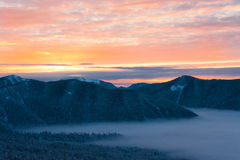 Inverno di tramonto della montagna Immagini Stock Libere da Diritti