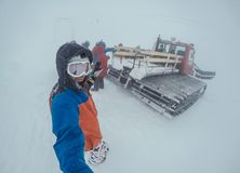 inverno do freeride da snowboarding, ao longo do homem com placa nas montanhas Imagem de Stock