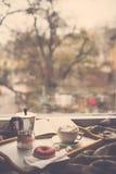 Inverno domestico accogliente con caffè e la coperta fotografie stock