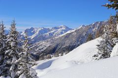Inverno em alpes franceses Picos de montanha e abeto na neve Foto de Stock Royalty Free
