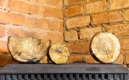 inverno em casa Lenha na chaminé do fogão do metal heating fotos de stock