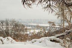 inverno em Kyiv, arquitetura da cidade nevoenta, Ucrânia Foto de Stock
