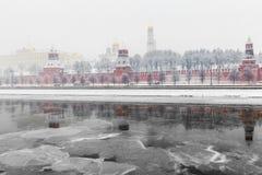inverno em Moscou, no rio congelado e na vista do Kremlin em um blizzard imagens de stock