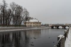 Inverno em St Petersburg Palácio de verão de Peter mim Terraplenagem do rio de Fontanka imagens de stock