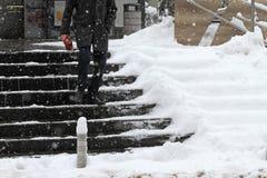 Inverno Escadas Caminhada dos povos no escadas muito nevado Escadas geladas Uncleaned na parte dianteira as construções, escadas  imagens de stock royalty free