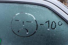 inverno escrito à mão da inscrição na janela de vidro da parte traseira do carro do gelo Foto de Stock Royalty Free