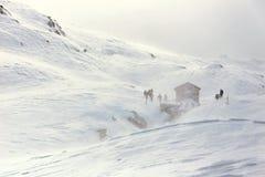 Inverno, escursionisti d'escroquerie d'innevata de montagna images stock