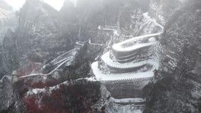 inverno, a estrada da montanha de Tianmen em Zhangjiajie, Hunan, estrada curvada, estrada da montanha fotografia de stock