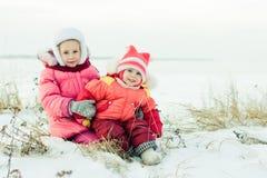 Inverno feliz bonito de duas irmãs fora. Fotografia de Stock Royalty Free