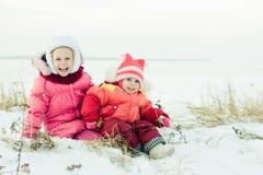 Inverno feliz bonito de duas irmãs fora. Fotos de Stock