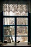 inverno fora da janela, tabela pela janela imagem de stock