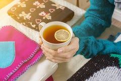 Inverno freddo caldo con i vestiti caldi e le bevande calde Fotografie Stock Libere da Diritti