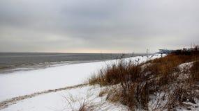 Inverno freddo sulla spiaggia del Mar Baltico immagine stock
