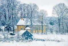inverno frio, igreja de madeira na vista rural Imagem de Stock Royalty Free