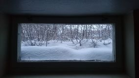 Inverno fuori della finestra del seminterrato Fotografia Stock Libera da Diritti