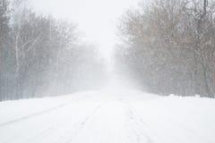 inverno gelado e da neve da estação na estrada no país Fotos de Stock