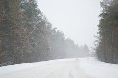 inverno gelado e da neve da estação na estrada no país Imagem de Stock Royalty Free