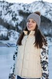 Inverno grazioso di pattinaggio su ghiaccio della donna all'aperto, facial sorridente Montagne nei precedenti Fotografia Stock