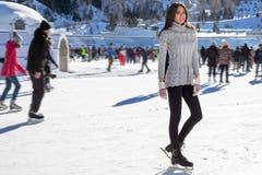 Inverno grazioso di pattinaggio su ghiaccio della donna all'aperto, facial sorridente Montagne nei precedenti Fotografia Stock Libera da Diritti