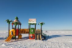 Inverno, il campo da gioco per bambini s nella neve Fotografie Stock Libere da Diritti