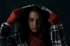 Inverno: La donna alz tirandoare la maglia con cappuccio Fotografia Stock Libera da Diritti