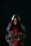 Inverno: La donna tiene la manciata di luci di Natale Fotografia Stock Libera da Diritti