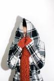 Inverno: La donna tira la maglia con cappuccio sopra il fronte Immagini Stock Libere da Diritti