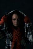 Inverno: La donna tira sulla maglia con cappuccio Fotografia Stock Libera da Diritti
