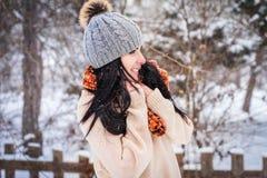 Inverno La ragazza gode della neve Immagini Stock