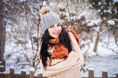 Inverno La ragazza gode della neve Fotografie Stock