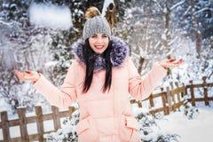 Inverno La ragazza gode della neve Fotografia Stock Libera da Diritti