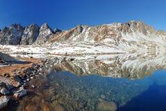 Inverno in lago, alte montagne di Tatra, Slovacchia Fotografie Stock