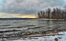 Inverno lakeshore al crepuscolo Immagini Stock