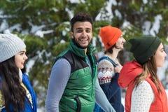 inverno latino-americano de Forest Young Friends Walking Outdoor da neve do grupo dos povos do homem Fotografia de Stock
