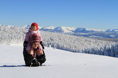 Inverno: mamma con il bambino in neve Fotografia Stock Libera da Diritti