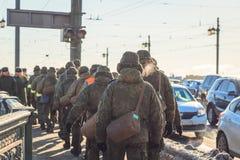 inverno militar em ruas da cidade fotos de stock royalty free